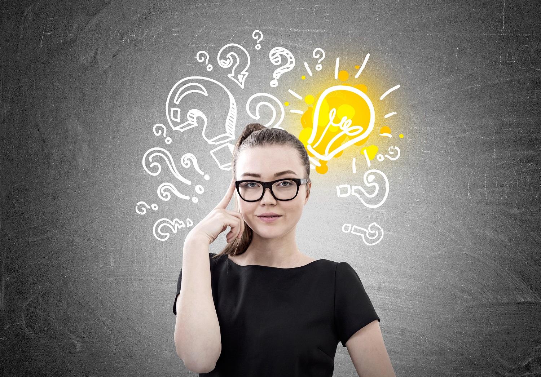 Pohtivan näköisen naisen pään päällä on kysymysmerkkejä ja hehkulamppu