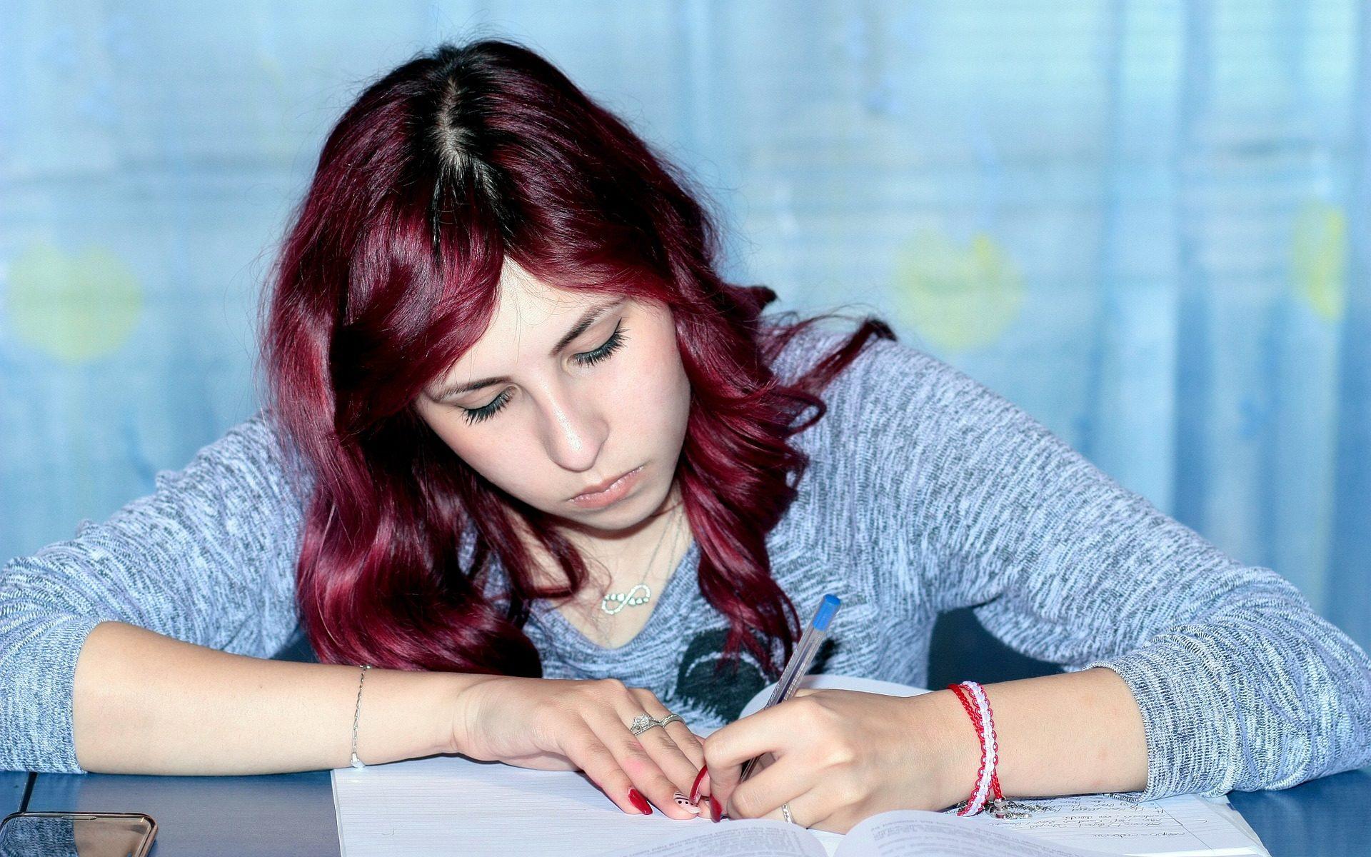Kuvan lähde: pixabay.com https://pixabay.com/en/study-girl-writing-notebook-1231396/