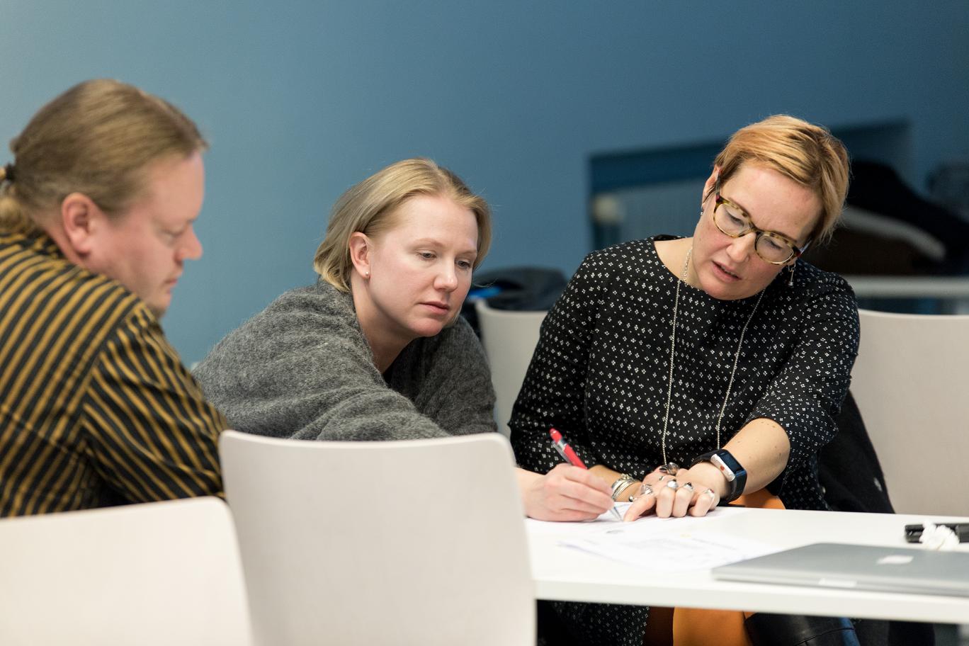 opettajia suunnittelevat paperilla ja kynällä yhteistä työtä