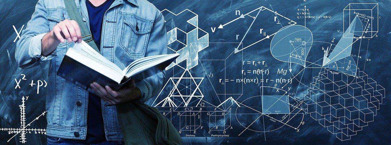 opiskelija kirjan kanssa, matemaattisia kaavoja taustalla
